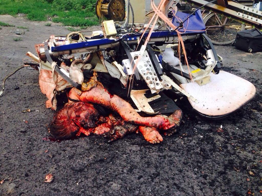 決定的動画【閲覧注意】遺体、数キロの範囲に飛び散る異常な墜落の様子、ウクライナ政府の「ロシアがミサイルで撃墜」大嘘の模様炎も煙も出さず、失速 r18 saigai defence international