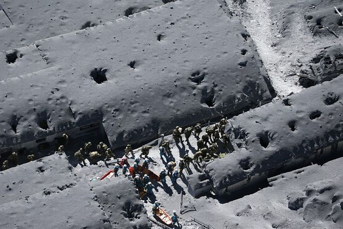 御嶽山噴火、時速300kmの噴石が被災者を直撃、計47名死亡、未だ24名が安否不明 戦後最悪の火山災害に 下敷きになった被災者、救助難航 defence saigai
