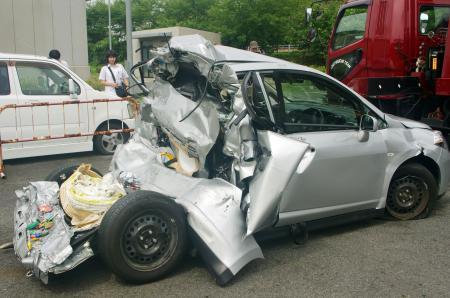 飛び出すアンパンマン、休日ドライバーは道路上の危険物故障で停車中の車にトラックが突っ込み、後部座席が消失親子3人死亡 domestic jiken