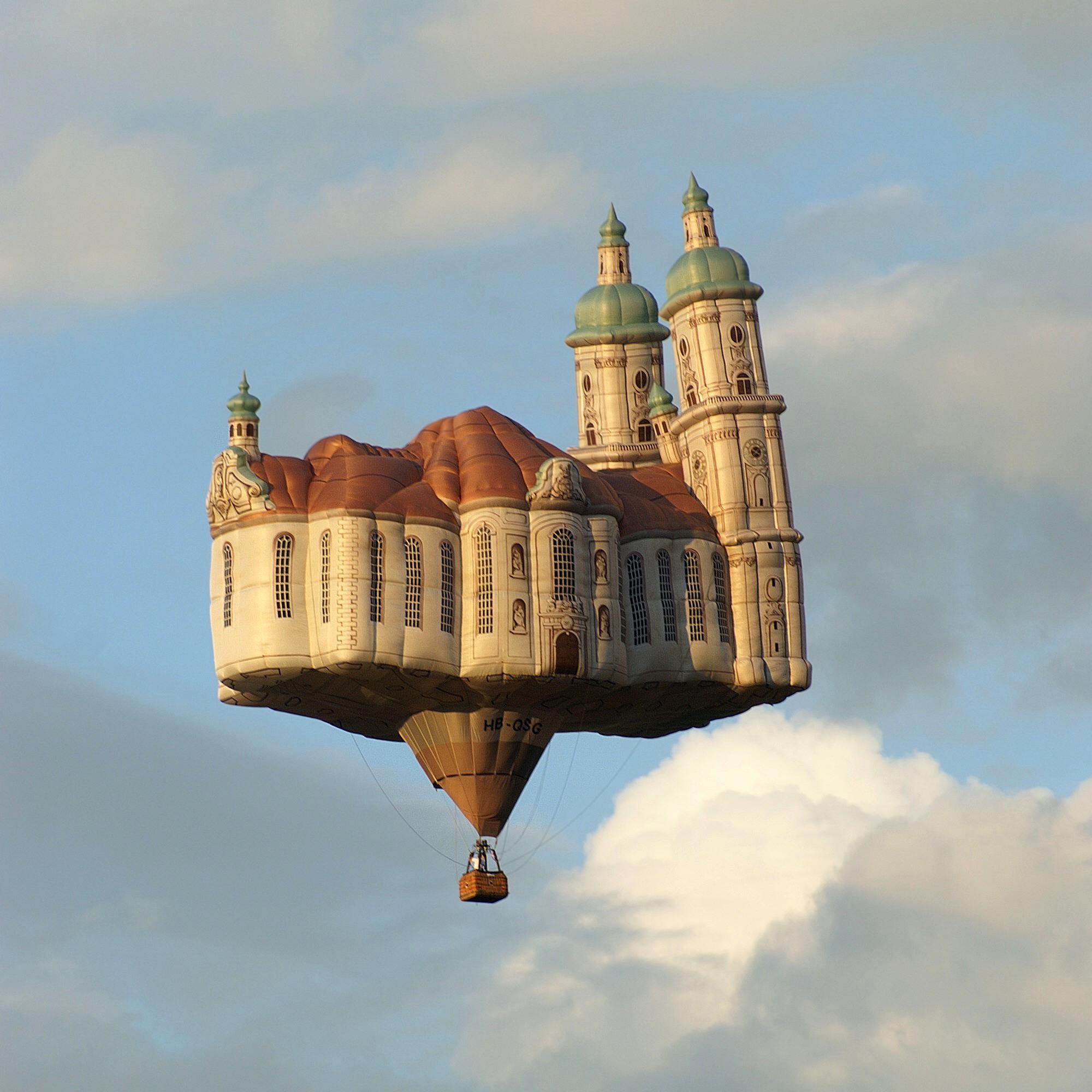 [画像] リアルすぎるバルーンアート、空を飛ぶ domestic