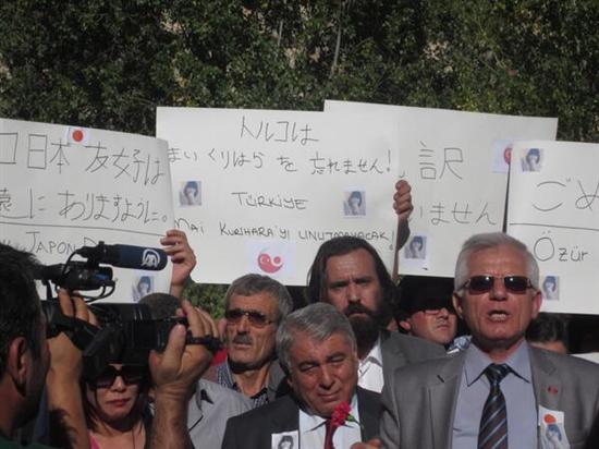 """操られるネトウヨ達、トルコ女子学生刺殺は誰にとって「都合がわるい」のか?""""地元カッパドキアで日の丸・横断幕掲げ哀悼の意"""" international jiken netouyo"""
