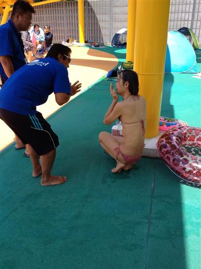 暑さ限界、市民プールにビキニ姿のおっさん出現 domestic